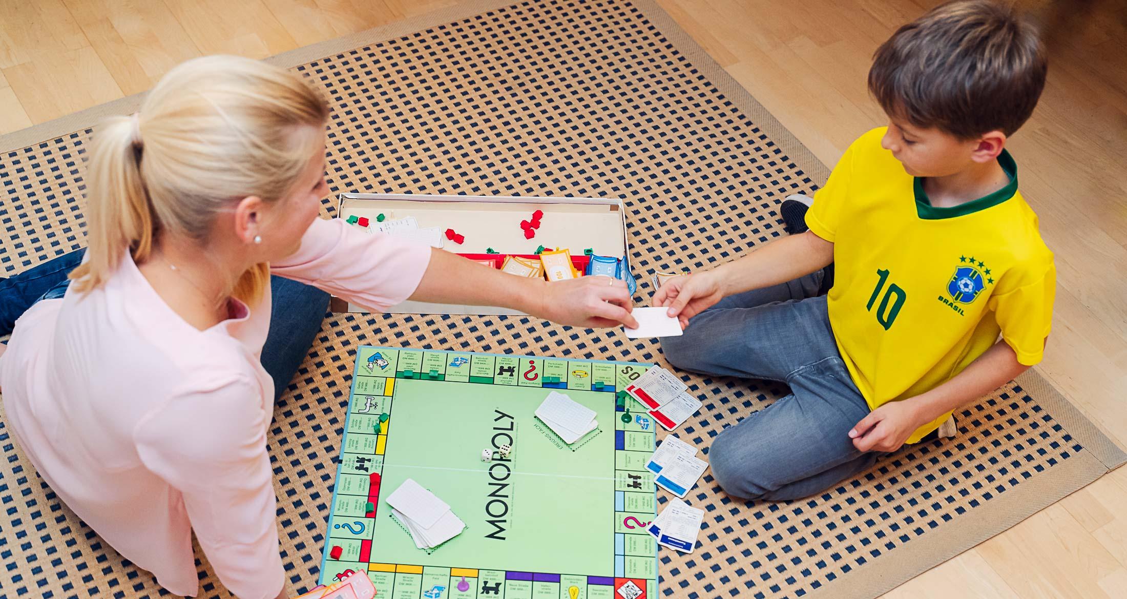 Psychotherapeutin für Kinder und Jugendliche in Baldham Teresa Munck im Spiel mit einem Patienten