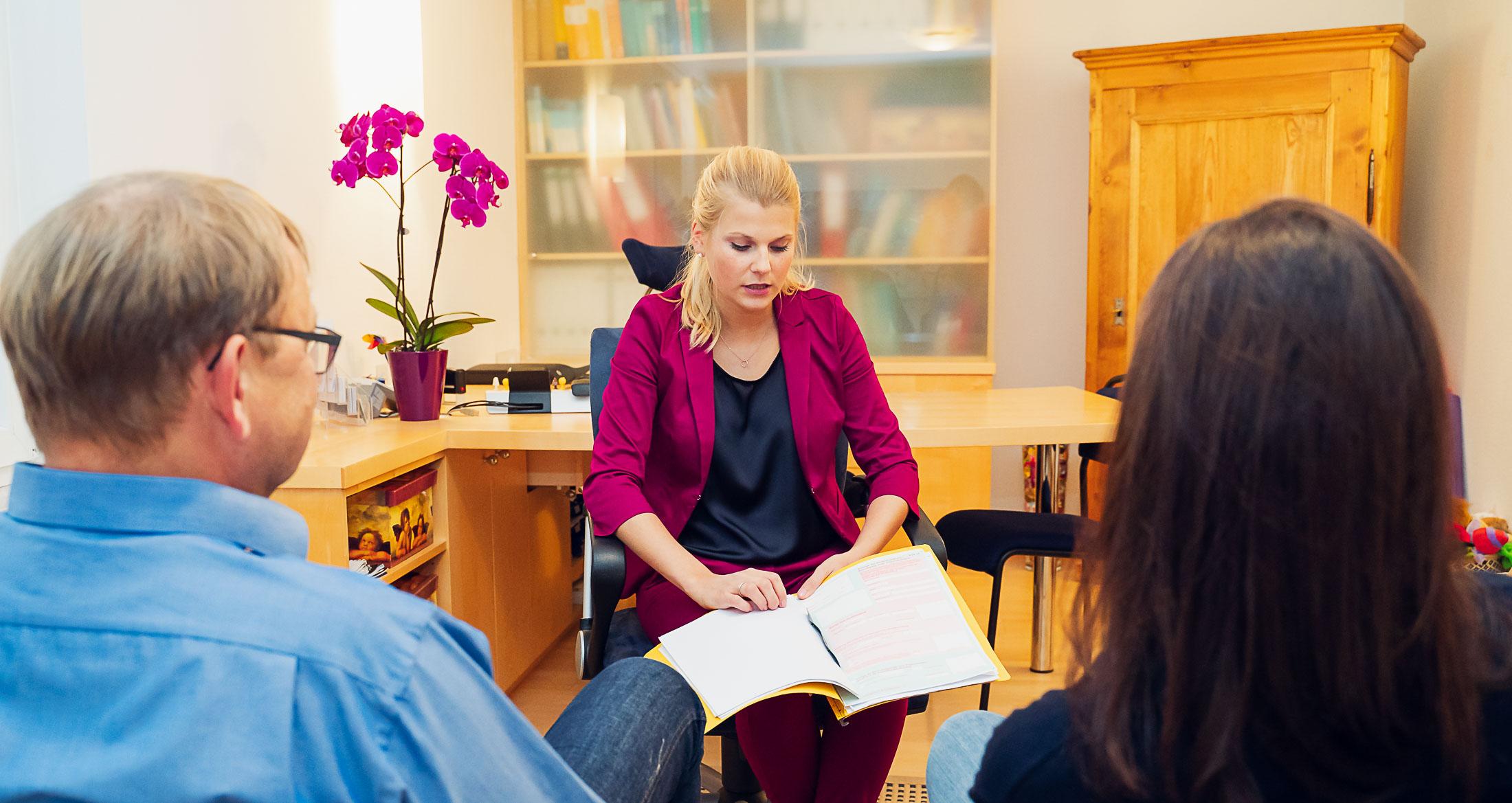 Psychotherapeutin für Kinder und Jugendliche in Baldham Teresa Munck im Elterngespräch