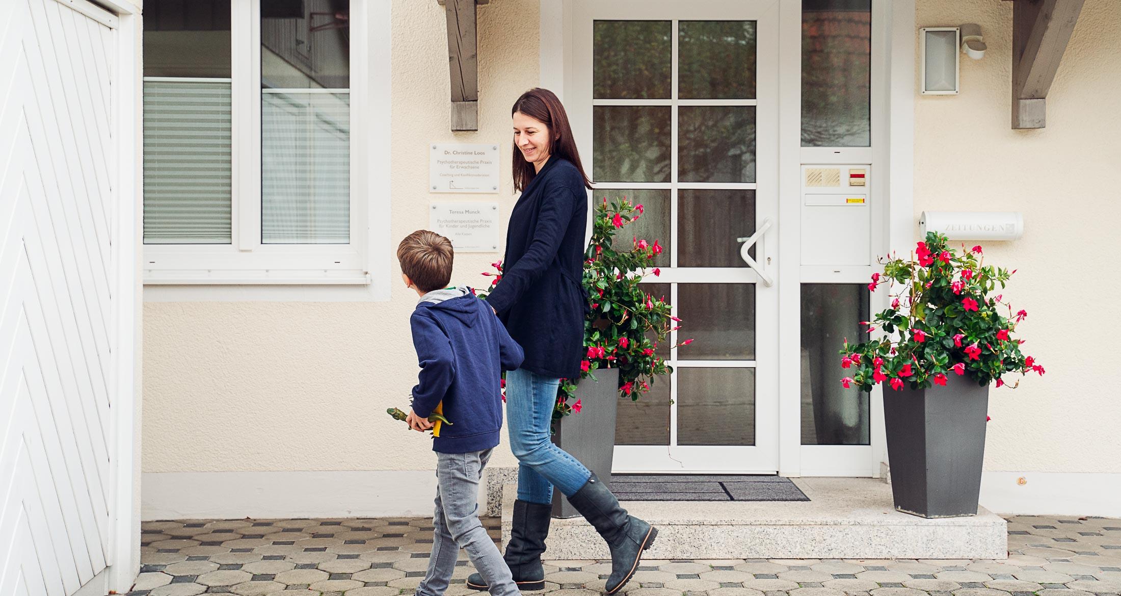 Mutter mit ihrem jungen Sohn auf dem Weg zur Psychotherapeutin für Kinder und Jugendliche Teresa Munck in Baldham